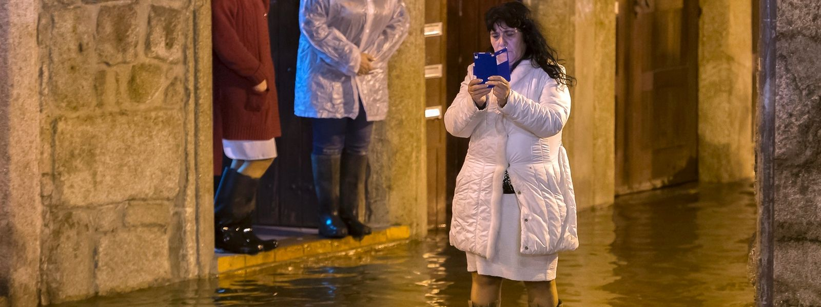 Residentes da zona de Miragaia controlam a subida das águas cerca das 4h desta noite quando o rio Douro ultrapassou as margens
