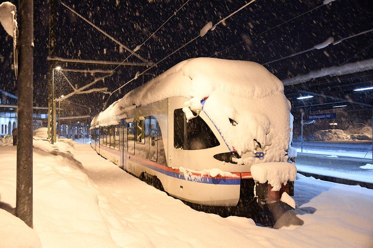 Pendant la nuit, ce train de banlieue est arrivé à Berchtesgaden enneigé.