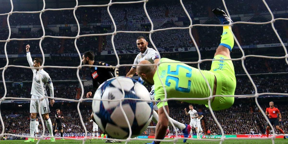 La reprise de la tête de Karim Benzema est imparable. Pepe Reina ne peut que constater les dégâts.