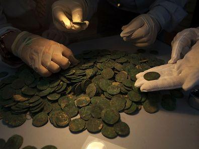Les dix-neuf amphores contenaient 600 kg de pièces en bronze datant du IIIe ou du IVe siècle.