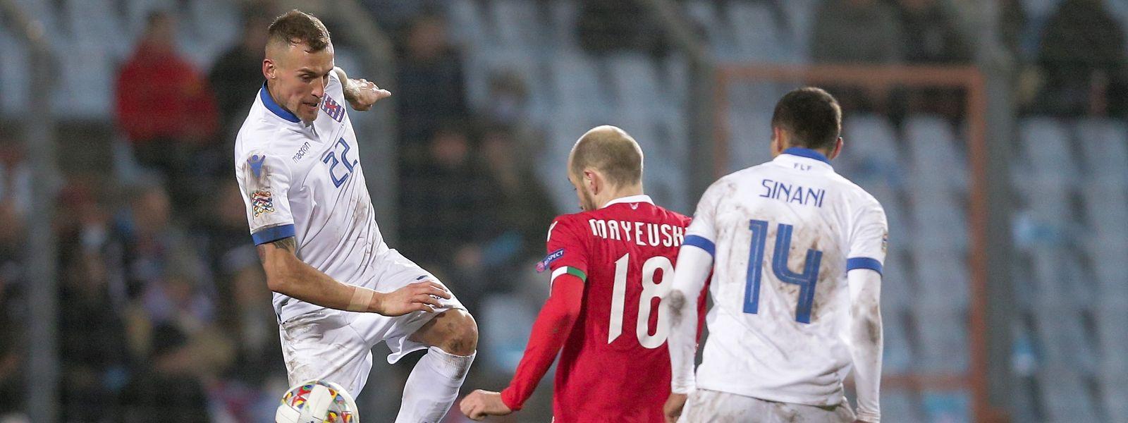 Aurélien Joachim und Danel Sinani (r.), hier im Zweikampf mit Weißrusslands Ivan Maevski müssen den Traum von der EM noch nicht ganz begraben.