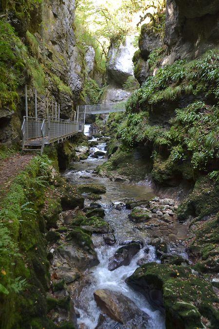 """Am """"Trou de l'Abîme"""" stürzen sich die Wassermassen durch die enge Schlucht."""