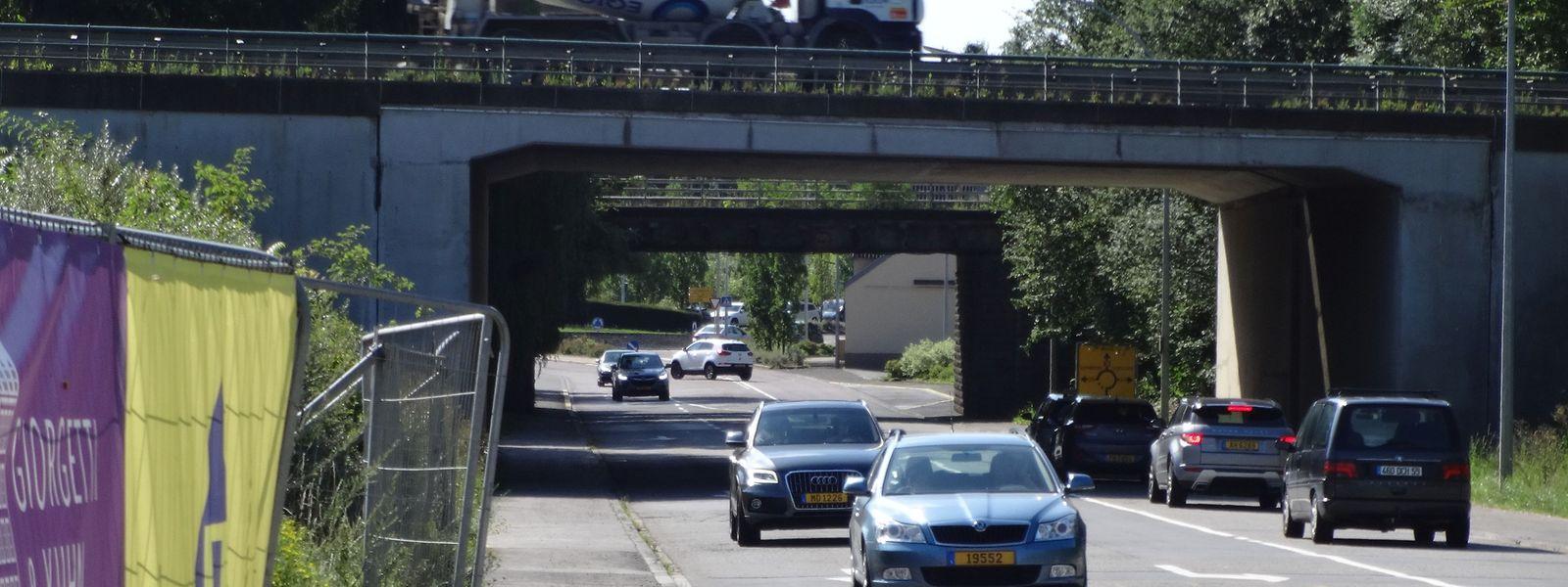 Dieser teil der N13, die unter die Autobahnbrücke führt, wird einem ovalen Kreisverkehr weichen.