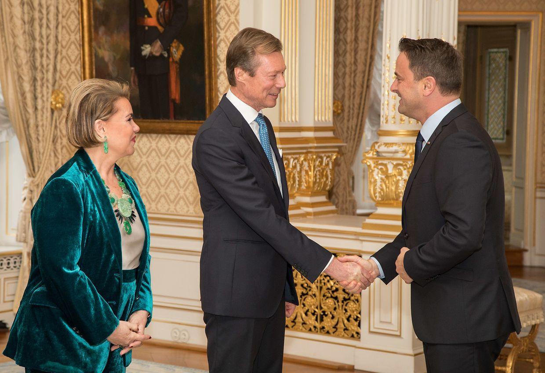 Großherzogin Maria Teresa und Großherzog Henri (M.) begrüßten Premierminister Xavier Bettel ...
