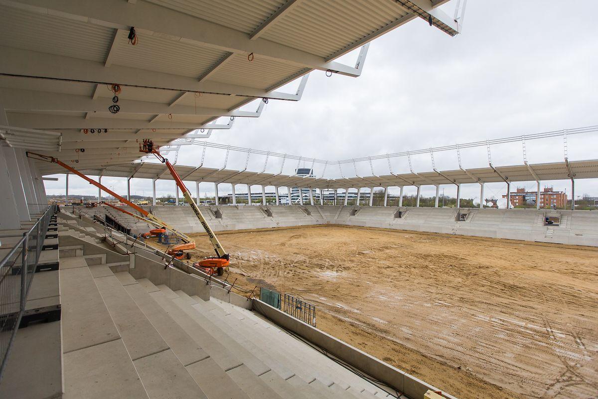 Les tribunes sont fixées, la construction du toit est en cours d'achèvement et la pelouse hybride doit encore être posée en ce mois d'avril.