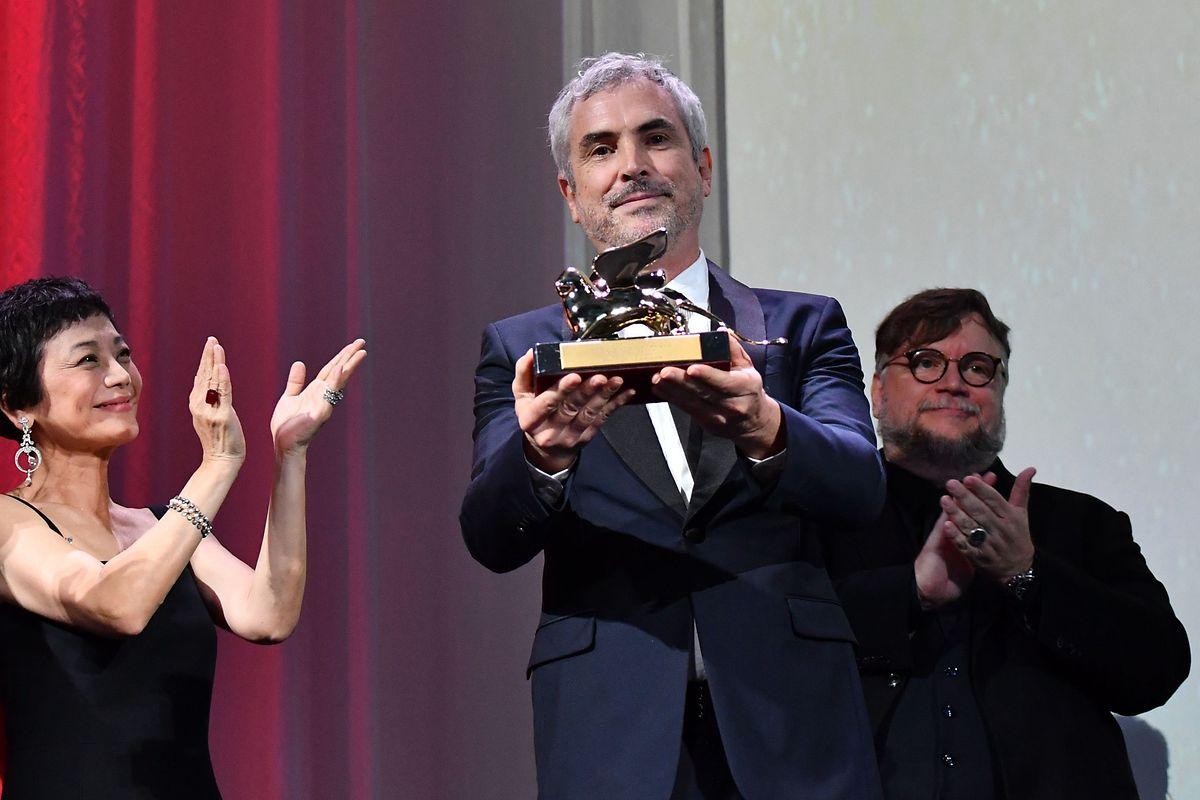 Der Regisseur Alfonso Cuaron (Mitte) zusammen mit Jury-Mitglied Sylvia Chang und Jury-Präsident Guillermo del Toro.