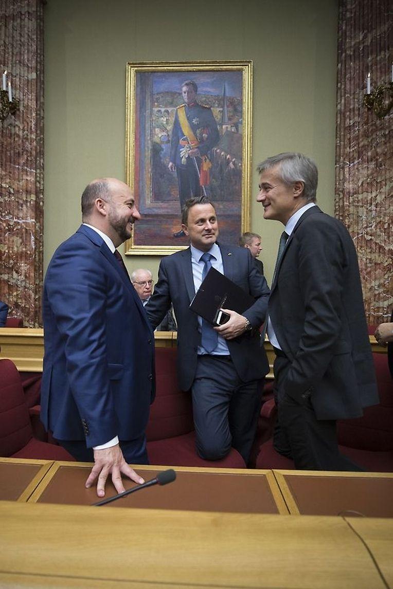 Étienne Schneider, Xavier Bettel e Félix Braz à conversa: os dirigentes dos partidos da coligação e ministros em exercício aproveitaram a oportunidade para um diálogo descontraído.