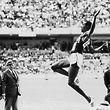 """ARCHIV - 18.10.1968, Mexiko, Mexiko-Stadt: Der US-amerikanische Weitspringer Bob Beamon springt bei den Olympischen Sommerspielen von Mexiko, wo er einen neuen Weltrekord aufstellte. (zu dpa: """"50 Jahre nach Bob Beamons Wahnsinnssprung: «Beine neben den Ohren» vom 17.10.2018) Foto: EPU/epa Scanpix Sweden/dpa +++ dpa-Bildfunk +++"""
