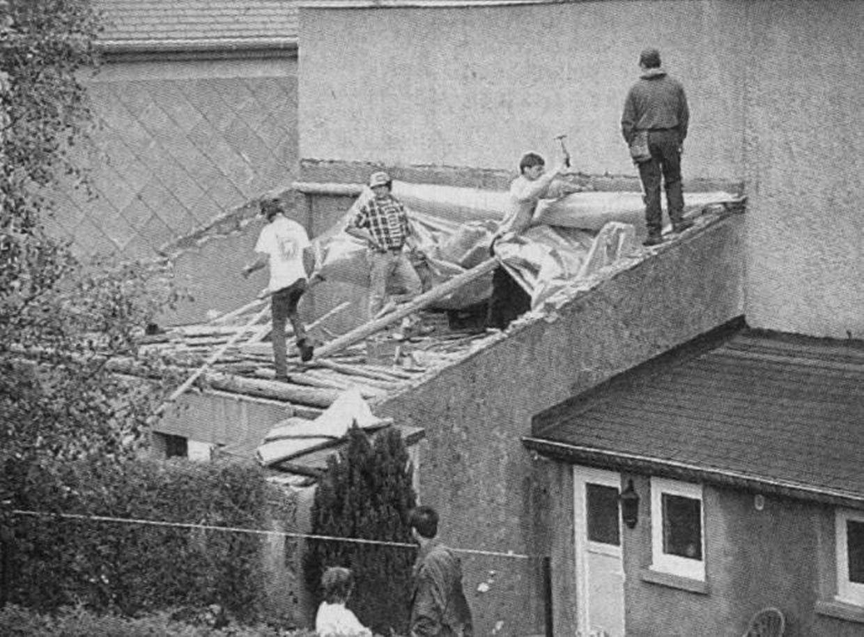 Les habitants de la rue Aneschbaach occupés à bâcher leurs maisons en 1999.