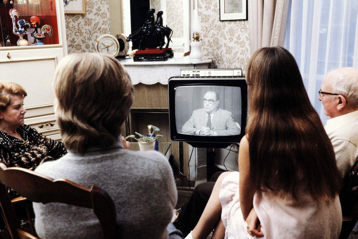 Sur le plan sociétal, François Mitterrand abolit la peine de mort