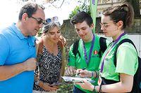 Maria und Joé (rechts im Bild) freuen sich, wenn sie den Besuchern behilflich sein können. Die Studenten zeigen den Touristen gerne den Weg und erzählen ihnen Wissenswertes über die Hauptstadt.
