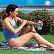 Zum Sonnenschutz gehört nicht nur das Auftragen einer wirkamen Schutzcreme.