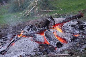 Viele zünden ein Feuer an, an dem sich andere erwärmen.  Aus Dänemark  Foto: Nicole FRITZ-DECKER