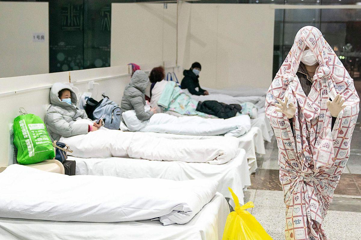 In Wuhan werden derzeit Bettenlager errichtet, in denen Patienten mit milden Symptomen untergebracht werden können.