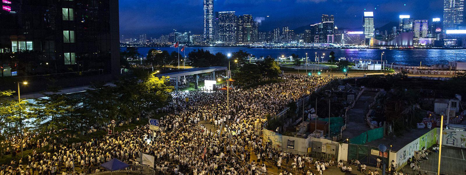 China, Hongkong: Nach dem friedlichen Massenprotest am Sonntag mit rund einer Million Menschen versuchten in der Nacht zum Montag einige hundert Radikale, den Legislativrat und Regierungssitz zu stürmen.