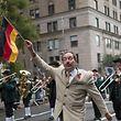 15.09.2018, USA, New York: Teilnehmer der Steuben-Parade marschieren auf die Fifth Ave. Die Parade wurde 1957 von deutschen Einwanderern und Deutsch-Amerikanern gegründet, die die Traditionen ihrer Heimat am Leben erhalten wollten. Der US-Statistikbehörde zufolge besitzen rund 45 Millionen Menschen in den Vereinigten Staaten deutsche Wurzeln. Foto: Mary Altaffer/AP/dpa +++ dpa-Bildfunk +++