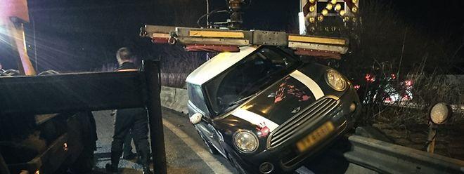 Der Unfallwagen musste von einem Hebekran geborgen werden.