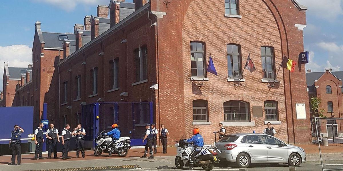 Une photo prise par un témoin de la scène montre les policiers qui sécurisent les lieux