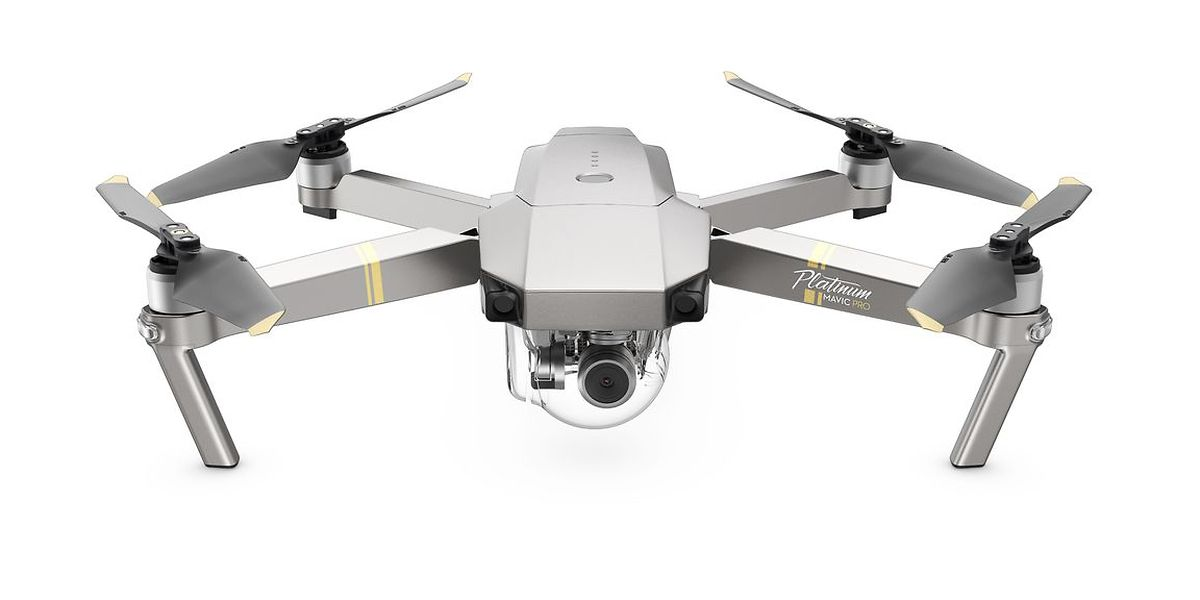"""Mit der """"Mavic Pro Platinum"""" läutet DJI eine neue Drohnenära ein. Ein innovativer Drehzahlregler und eine effizientere Rotorenform machen den klappbaren Quadrocopter 60 Prozent leiser als den Vorgänger. Die separat erhältlichen Rotoren passen auch auf das ältere Modell. Für scharfe Bilder sorgt die mittels eines 3-Achsen-Gimbals stabilisierte 4K-Kamera. Die Flugzeit beträgt nun 30 Minuten, und das Übertragungssystem hat eine Reichweite von sieben Kilometern, wobei Sensoren ein  Schweben in Gebäuden und Orten ohne GPS ermöglichen. Hindernisse werden auf eine Entfernung bis zu 15 Metern erkannt. Preis: rund 1300 Euro."""
