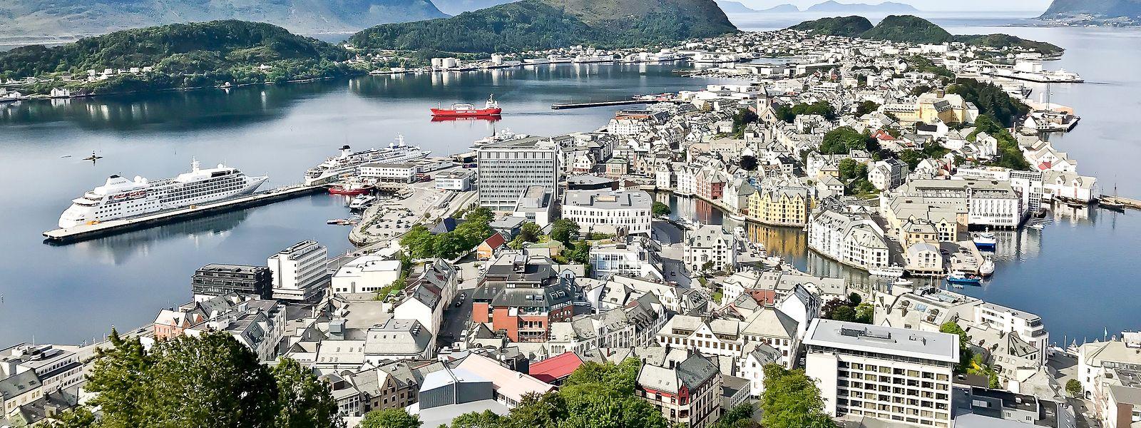 Ålesund est un port de mer à 230 kilomètres au nord-est de Bergen. La ville est renommée pour son architecture de style art nouveau, ce qui lui a valu d'être considérée comme la plus belle ville de Norvège.
