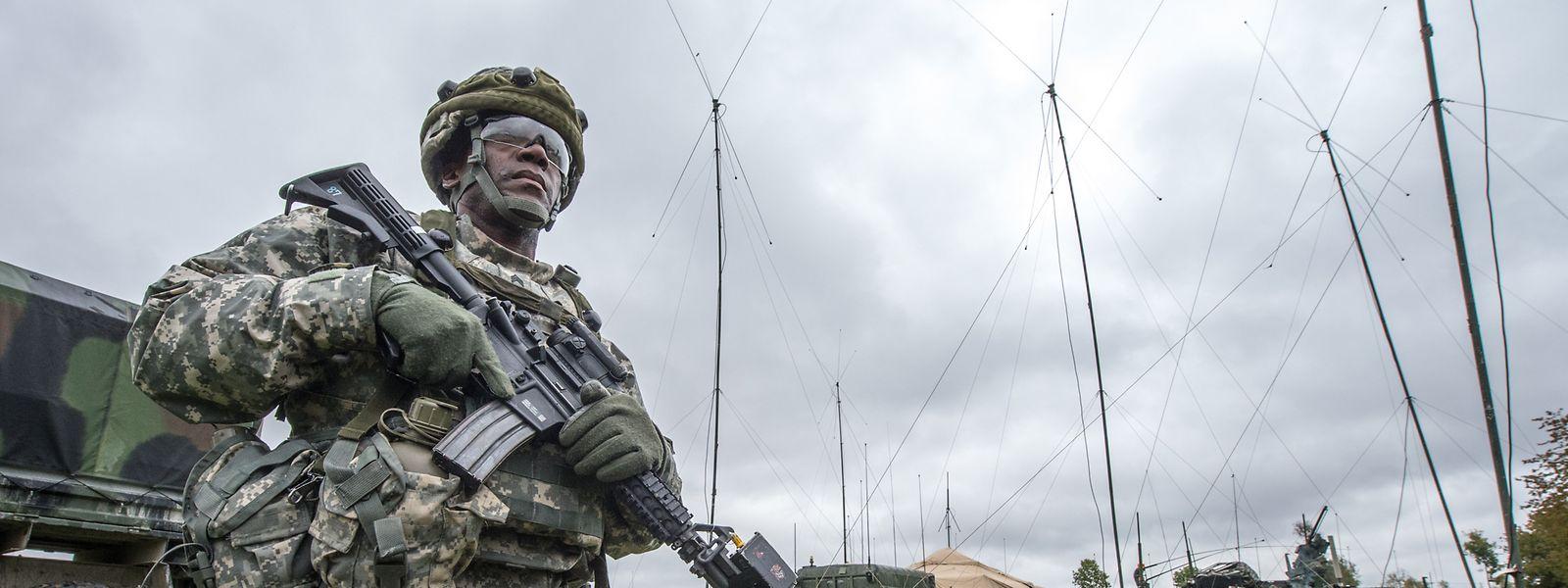 Ein US-Soldat steht in Kleinfalz nahe dem Truppenübungsplatz Grafenwöhr vor einem mobilen taktischen Lagezentrum der US-Armee. (Archivbild)