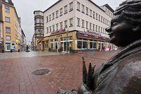 ARCHIV - 08.01.2021, Rheinland-Pfalz, Koblenz: Der Münzplatz in der Koblenzer Innenstadt mit der Statue einer Marktfrau ist fast menschenleer. Die rheinland-pfälzische Ministerpräsidentin Dreyer berät am 10.02.2021 mit den anderen Regierungschefs der Länder und Bundeskanzlerin Merkel über das weitere Vorgehen in der Corona-Pandemie.     (zu dpa: Dreyer berät mit Länderkollegen und Merkel über Corona-Maßnahmen) Foto: Thomas Frey/dpa +++ dpa-Bildfunk +++