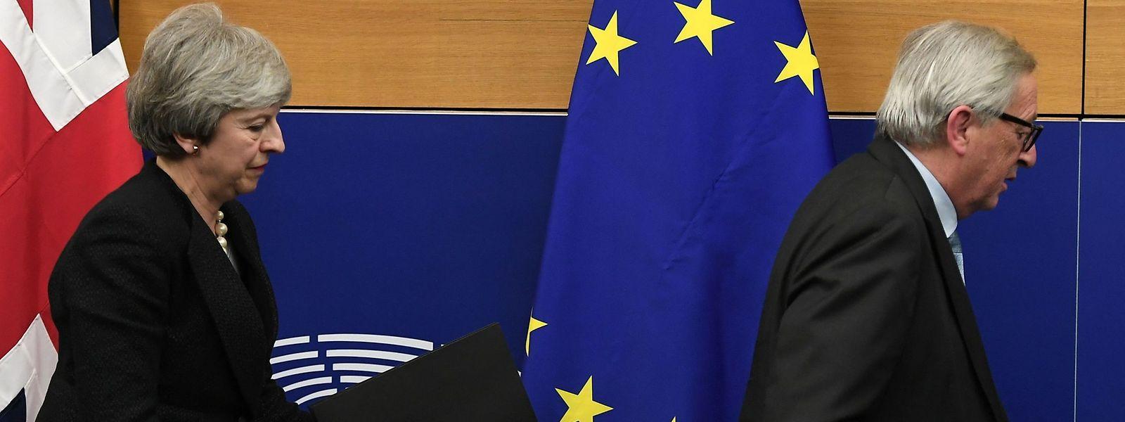 Theresa May et Jean-Claude Juncker lors d'une conférence de presse commune à Strasbourg dans la nuit de mardi
