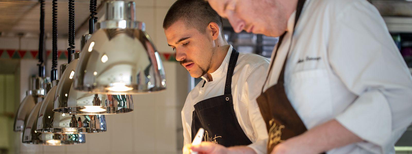 Louis Linster (li.) in der Küche seines Restaurants.