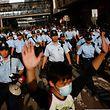Polizisten versuchen, den Massen der Demonstranten Herr zu werden.