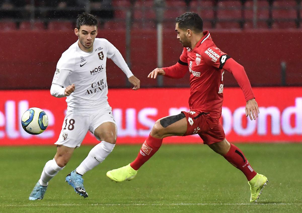 Le défenseur messin Fabien Centonze (en blanc, à g.) est gêné dans son action par le Dijonnais Wesley Lautoa (en rouge)