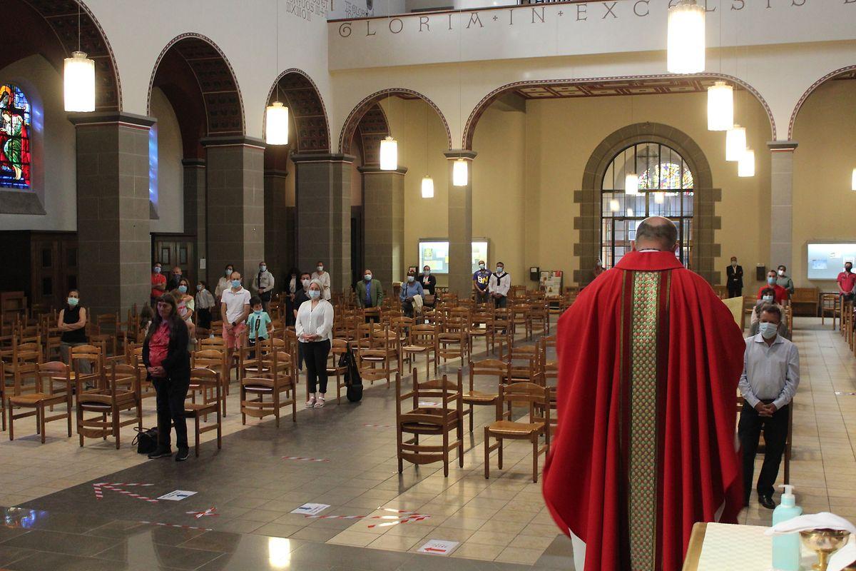 Antes da crise, reuniam-se cerca de 400 fiéis na missa dominical na paróquia do Sacré Coeur, na capital. No domingo, estavam apenas cerca de 70 para uma lotação que podia albergar 140 pessoas.