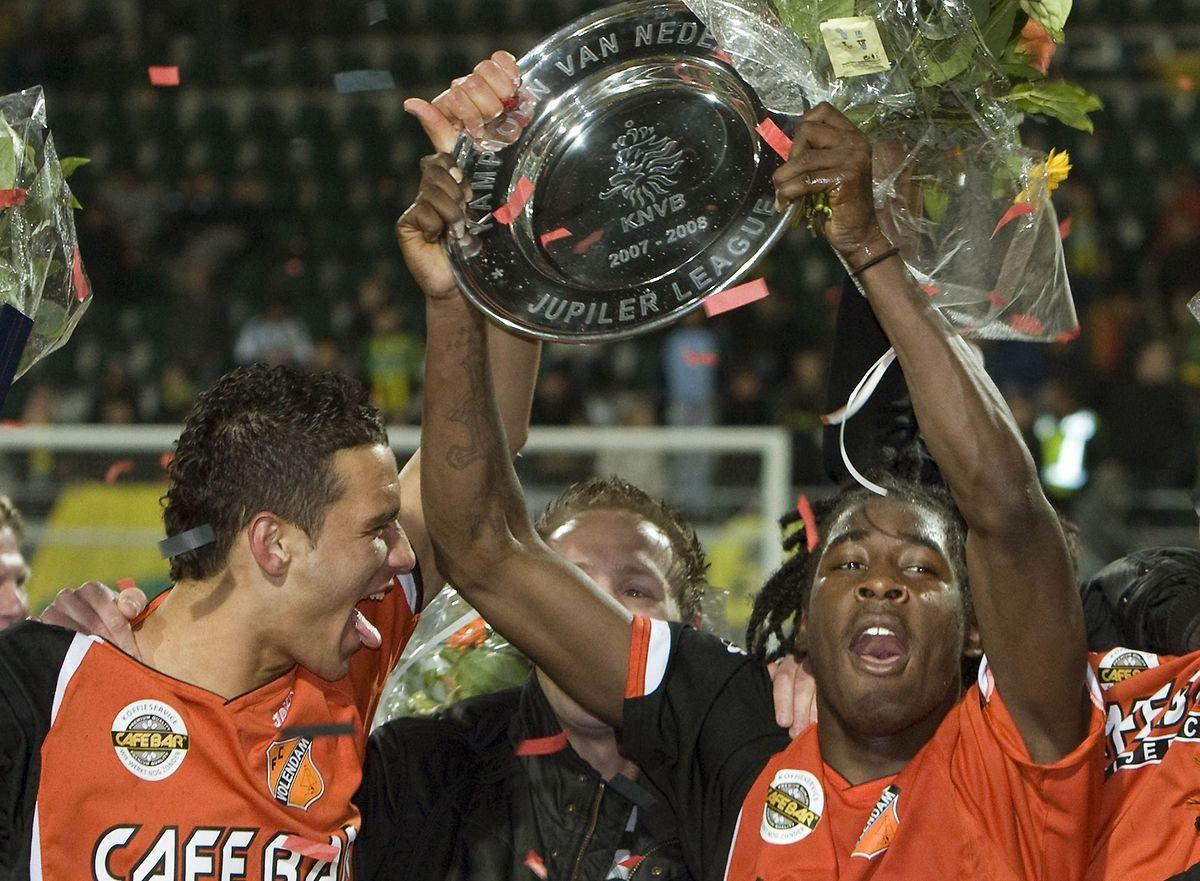 Kelvin Maynard (r.) jubelt 2008 mit Teamkameraden des FC Volendam über den Titelgewinn in der zweithöchsten niederländischen Spielklasse.