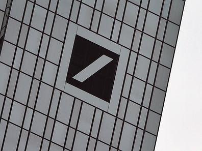 Konzernumbau und Stellenstreichungen belasten die Bilanz der größten Bank Deutschlands.