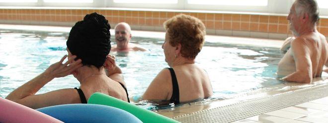 Im Wasser gibt es viel mehr Möglichkeiten, als immer nur Bahnen zu schwimmen. Abwechslungsreiche Alternativen bietet Aqua-Fitness - zum Beispiel durch Übungen mit der Schwimmnudel.
