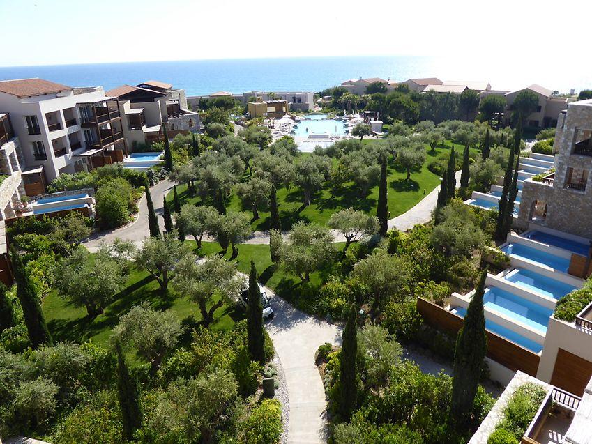 Parkanlage mit Meeresblick: Auf 130 Hektar Land erstreckt sich das nachhaltige Luxusresort Costa Navarino.
