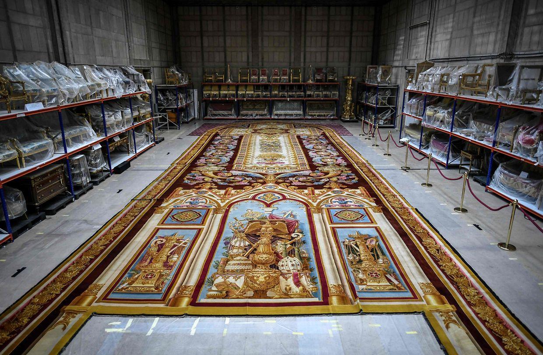 Zum Weltkulturerbetag ist dieser riesige Wollteppich aus der Pariser Kathedrale Notre-Dame im französischen Kulturministerium ausgestellt.