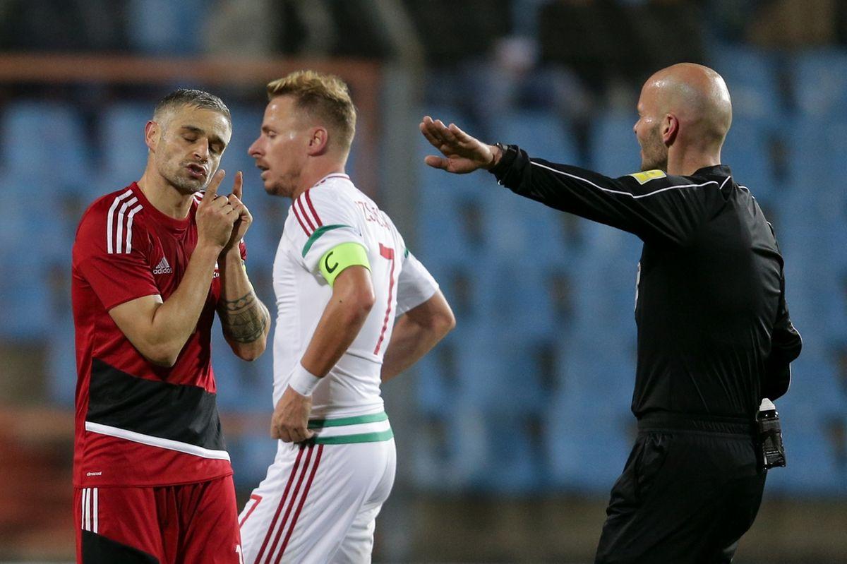 Les deux capitaines, Mario Mutsch (en rouge) et Balazs Dzsudzsak, en compagnie de l'arbitre, Sébastien Delferière