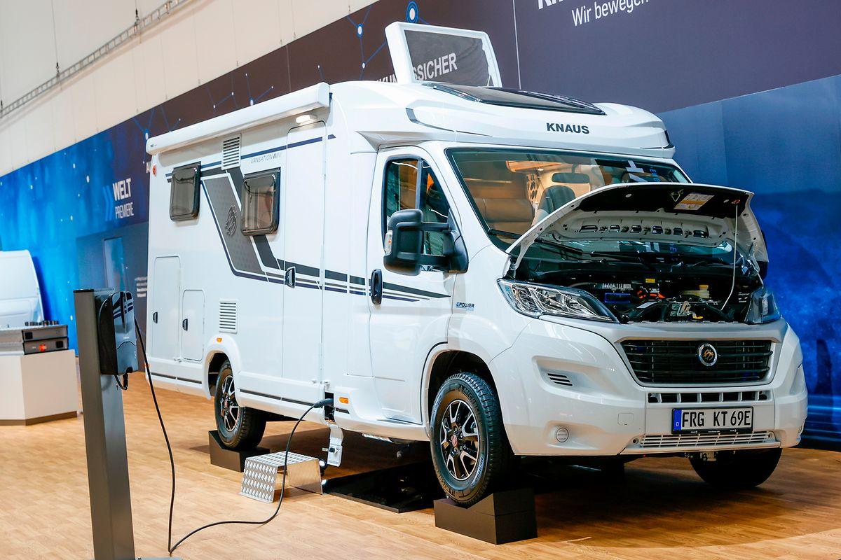 """Die Knaus Tabbert AG präsentiert eine viel beachtete Fahrzeugstudie: den """"Knaus E.POWER DRIVE"""" - das erste vollelektrische Reisemobil aus Jandelsbrunn. Der E-Motor leistet bis zu 180 kW und ermöglicht eine Reisegeschwindigkeit des vollwertig-ausgestatteten viersitzigen Reisemobils von über 110 km/h."""