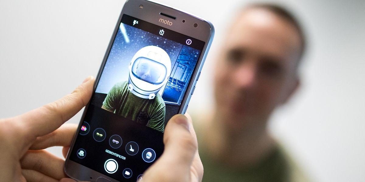 Hurra, Sticker und Filter! Wer gerne viele Fotos in die Welt jagt, könnte an den eingebauten Kameraoptionen des Moto X4 Spaß haben.