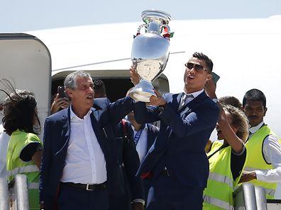 Fernando Santos e Cristiano Ronaldo, à chegada a Portugal