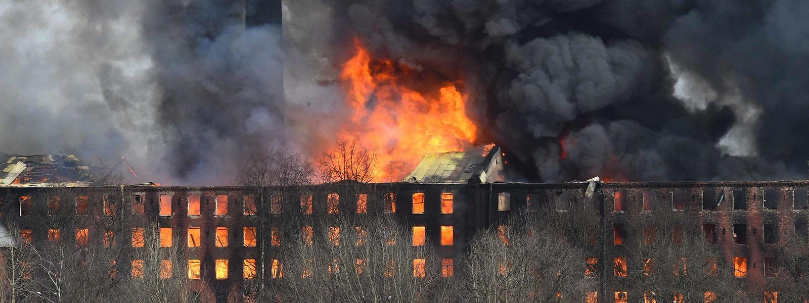 Mehr als 300 Einsatzkräfte kämpfen gegen den Brand in einem historischen Fabrikgebäude.