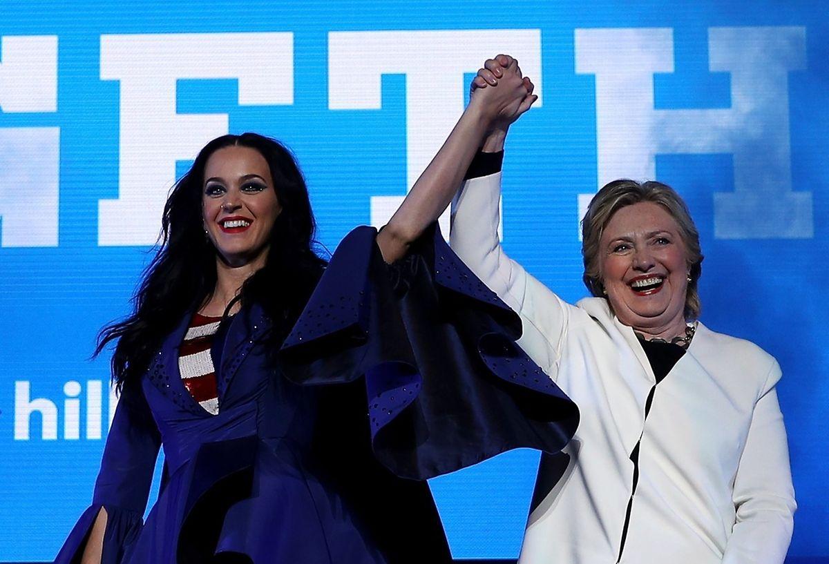 Hillary Clinton et Katy Perry lors d'un concert à Philadelphie, samedi soir..
