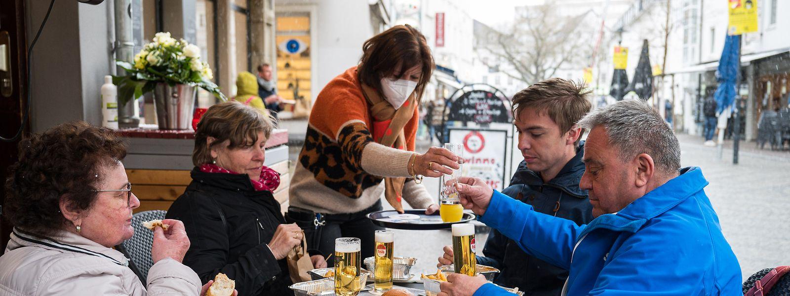 """Als """"Modellregion"""" hat das Saarland seine Außengastronomie sowie Kultur- und Sporteinrichtungen wieder geöffnet. Das stößt auf Kritik."""