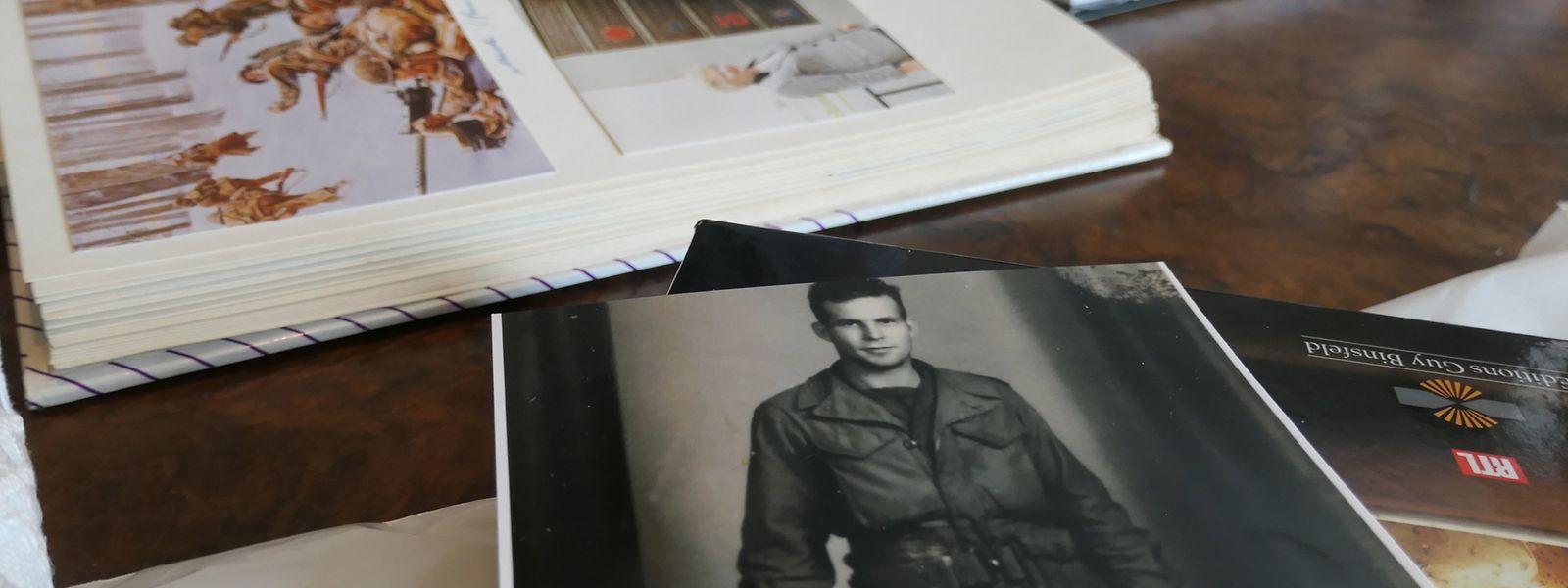 Alte Fotos und Geschichtsbücher: Hier sind jene Ereignisse gebannt, die George Mills seit 75 Jahren nicht loslassen.
