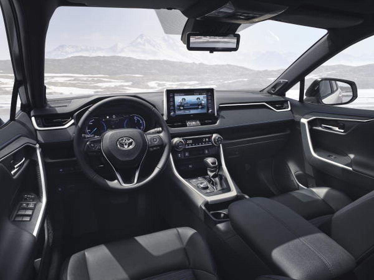 Das geräumige Interieur entspricht dem robusten Außendesign des Toyota RAV4.