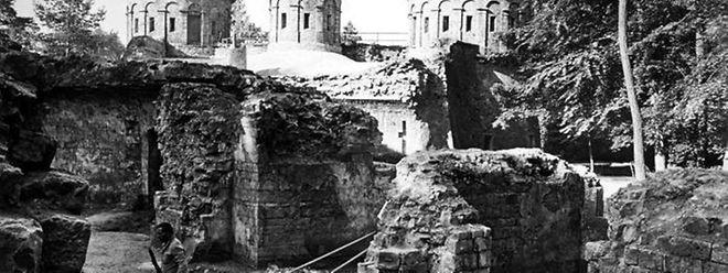 In mühseliger Handarbeit legen die Arbeiter der DAC-Einheit die Mauern des Fort Thüngen in Kirchberg zwischen 1981 und 1982 frei.