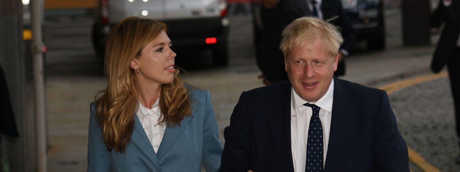 Boris Johnson mit seiner Lebenspartnerin Carrie Symonds am Samstag.