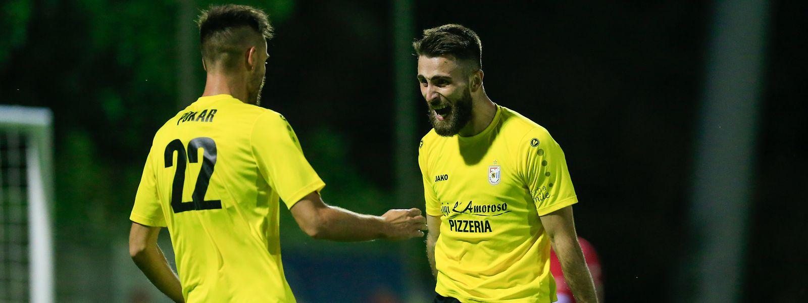 Die F91-Spieler Mario Pokar und Edis Agovic (r.) haben einen Lauf.