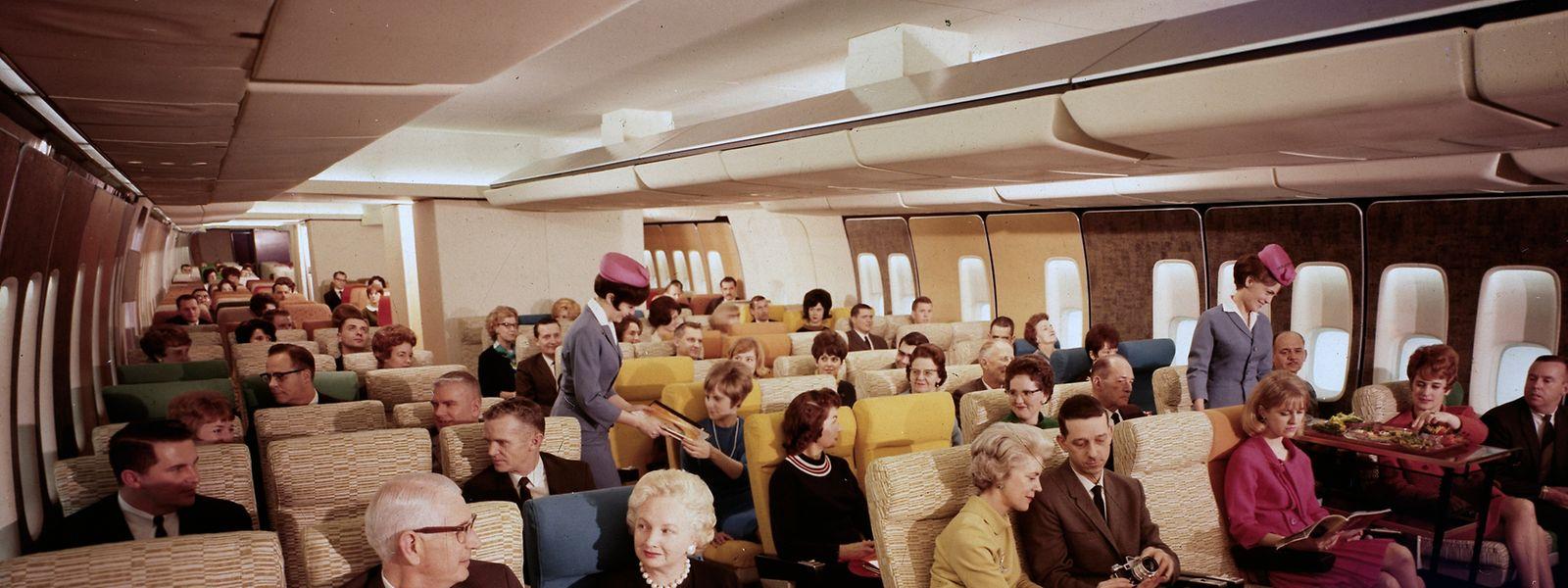 Die Boeing 747 verfügte aufgrund des breiten Rumpfs als erstes Passagierflugzeug über zwei Gänge zwischen den Sitzreihen.