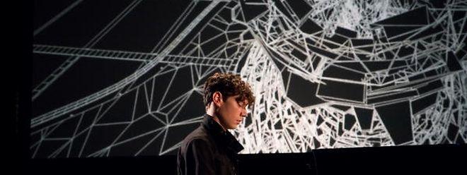 Während Francesco Tristano spielt, trägt jeder Ton zur Projektion einer virtuellen dreidimensionalen Stadt bei.